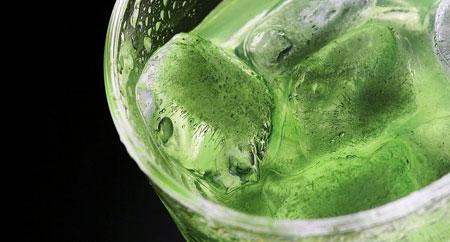 Коктейль на основе киви, лимона и зелени