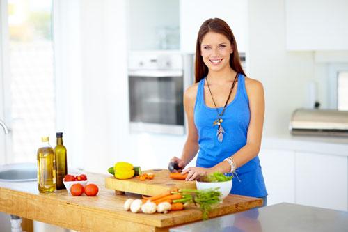 готовит на кухне