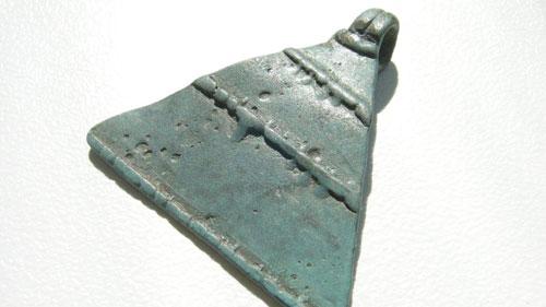 амулет треугольник