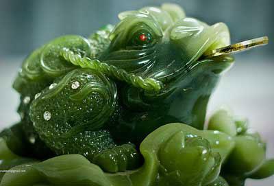 трехногая жаба с монеткой во рту