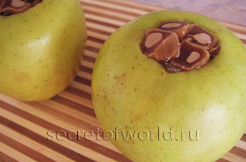 Яблоки фаршированные финиками и карамелью