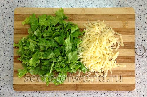 тертый сыр и салатный лист