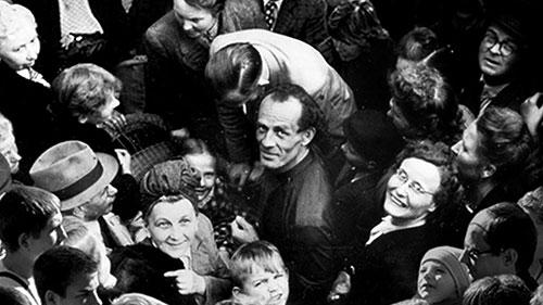 Бруно Грёнинг в толпе людей