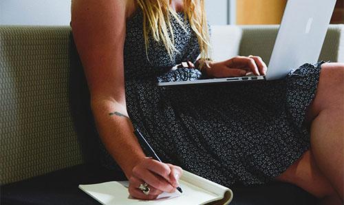 Девушка с блокнотом и компьютером