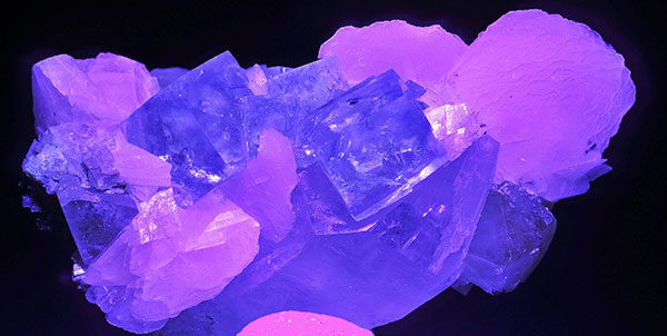 Камень флюорит в темноте